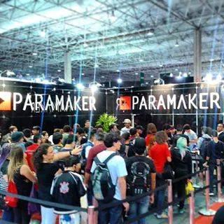 Nerds e youtubers se reúnem no stand da ParaMaker para tirar foto com o empresário Foto: Facebook do Felipe