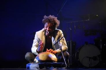 AION SÃO PAULO 17.06.2016 - AUDITÓRIO IBIRAPUERA OSCAR NIEMEYER - TÓ BRANDILEONE E ZÉ LUIS NASCIMENTO - Tó Brandileone (violão, guitarra e piano) e Zé Luis Nascimento (percussão) sobem ao palco do Auditório Ibirapuera para o show de lançamento do disco Eu